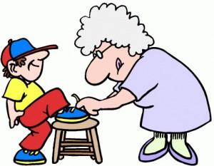 Родители все решения за детей берут на себя, даже завязывает шнурки мама