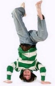 """мальчик стоит на голове, стереопип поведения """"шустрика"""""""