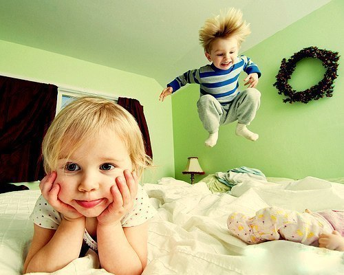 двое деток на кровати, шустрик и мямлик