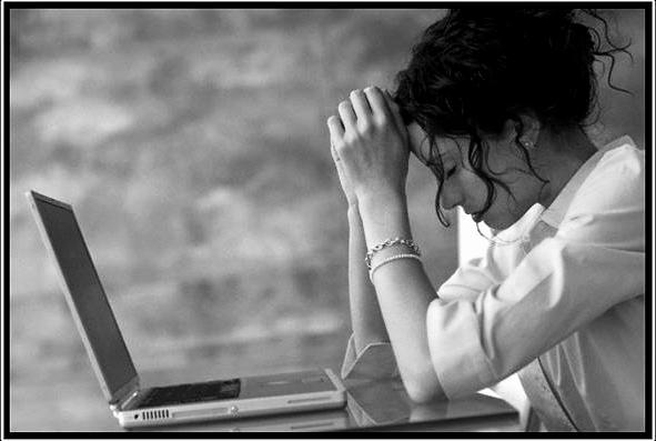 девушка за столом перед компом, как набраться терпения