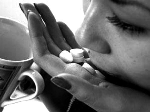 подросток о самоубийстве, девушка с горстью таблеток, самоубийств все больше, почему