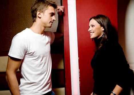 парень и девушка у двери, психология девушек, очаровать, привлечь внимание